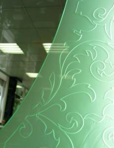 Пескоструйная обработка зеркала со стороны амальгамы. Торцевая подсветка придает выразительности рисунку.