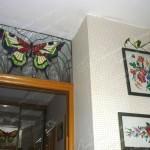 Витраж Тиффани с кабашонами над кухонной дверью